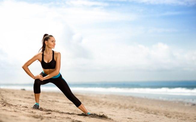 os benefícios de manter o treino mesmo na férias - treinando na praia